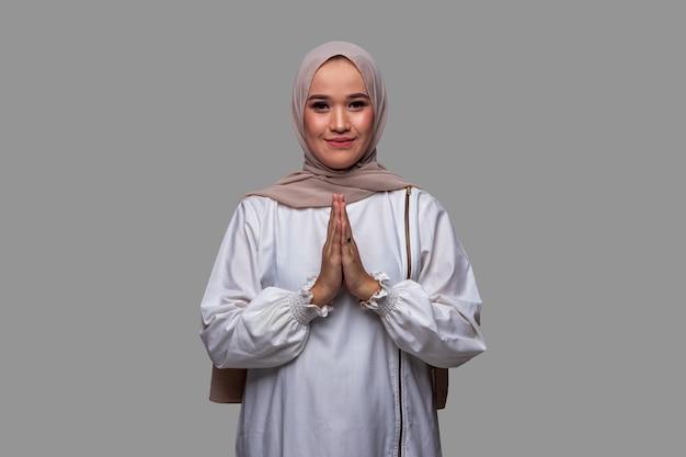 Mooie moslimvrouwen die hijab dragen en eid alfitr vieren