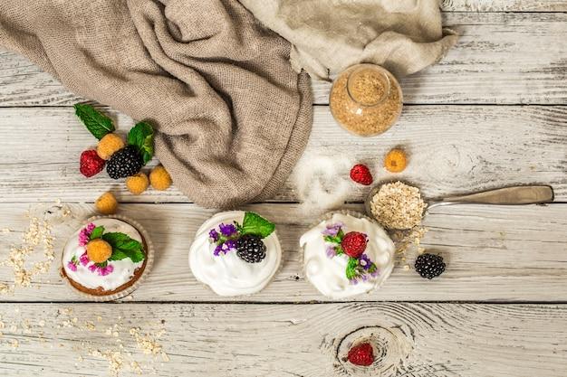Mooie muffins met bessen op houten achtergrondnotenhoning