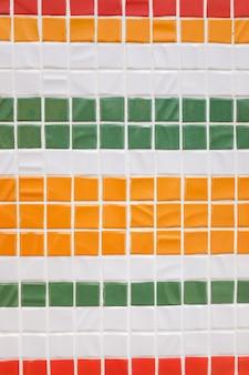 Mooie muur decoratieve, kleurrijke, kleine mozaïektextuur, verticale strepen. decoratieve gekleurde tegels. het concept van reparatie van interieur en gebouwen achtergrond