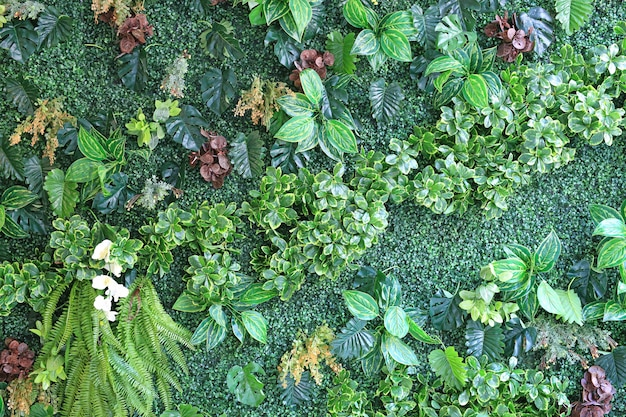 Mooie muur van kunstbloem en bladeren voor decoratie.