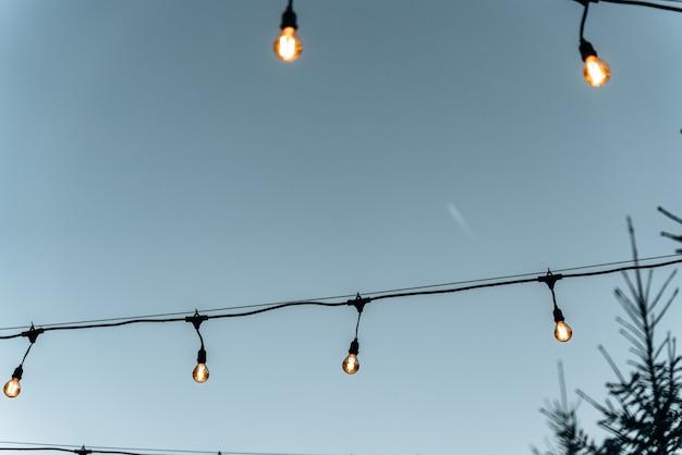 Mooie nacht gele gloeilampen op straat. gloeilamp opknoping op de winternacht of avond met licht van verlicht. stock foto