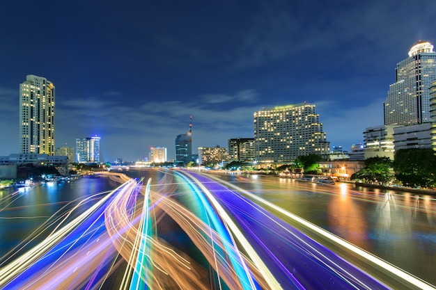 Mooie nachtstad bangkok met snelheidslicht op rivier