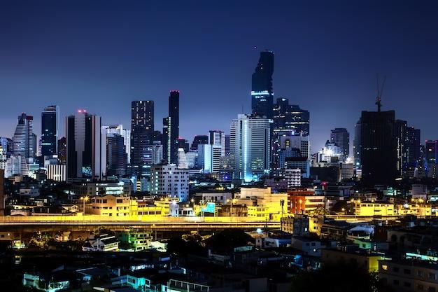 Mooie nachtstad, urban en straat in de buurt