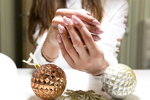 Mooie nagels op de handen van brunettes.