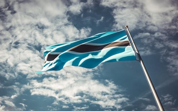 Mooie nationale vlag van botswana wapperen op hemelachtergrond.
