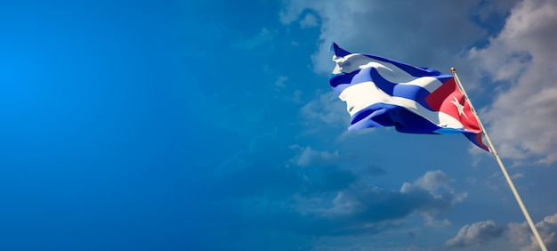 Mooie nationale vlag van cuba op blauwe hemel