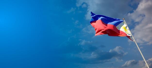 Mooie nationale vlag van filipijnen op blauwe hemel
