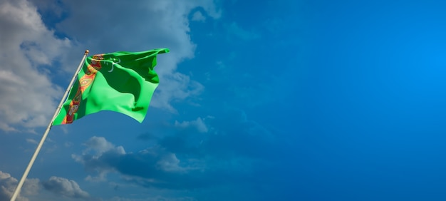 Mooie nationale vlag van turkmenistan op blauwe hemel