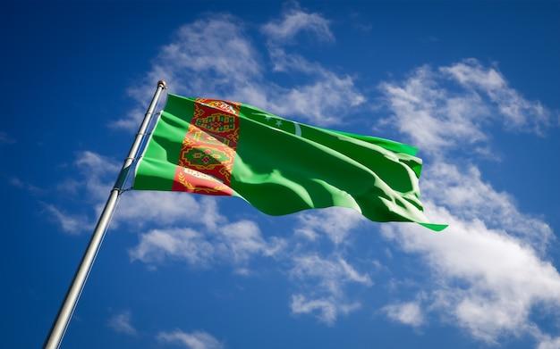 Mooie nationale vlag van turkmenistan wapperen op blauwe hemel