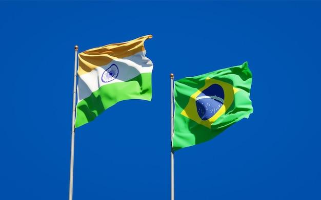 Mooie nationale vlaggen van brazilië en india samen op blauwe hemel
