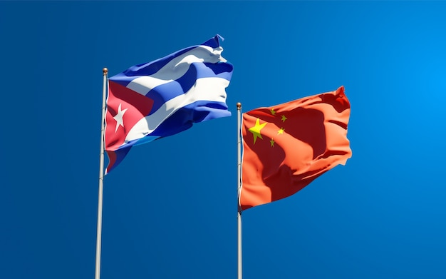 Mooie nationale vlaggen van china en cuba samen aan de hemel