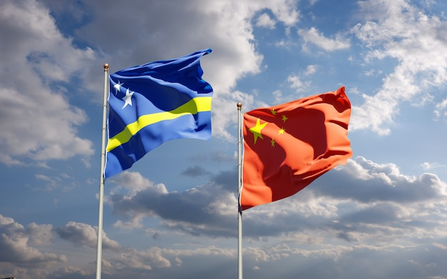 Mooie nationale vlaggen van china en curaçao samen aan de hemel