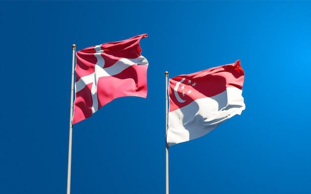 Mooie nationale vlaggen van denemarken en singapore samen