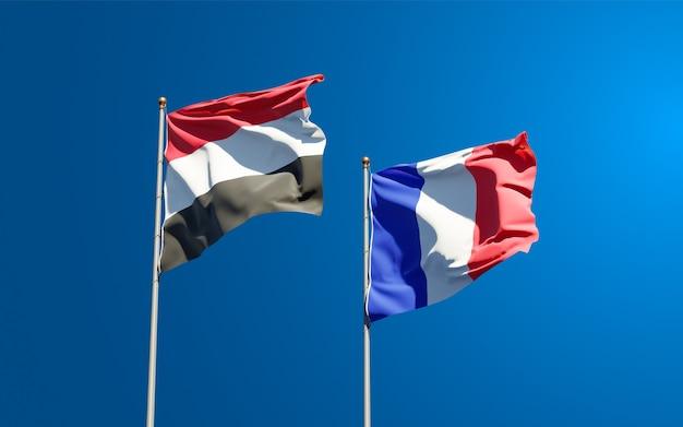 Mooie nationale vlaggen van frankrijk en jemen samen aan de hemel
