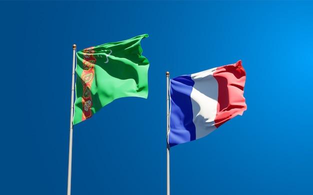 Mooie nationale vlaggen van frankrijk en turkmenistan samen aan de hemel