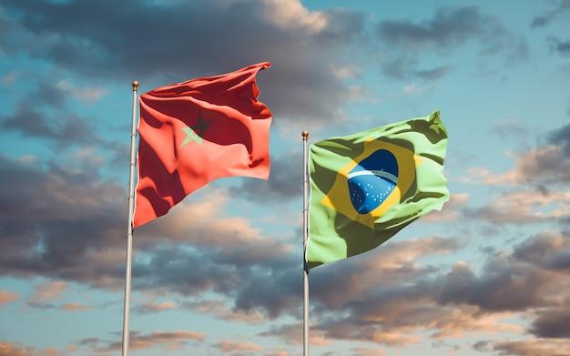 Mooie nationale vlaggen van marokko en brazilië samen op blauwe hemel