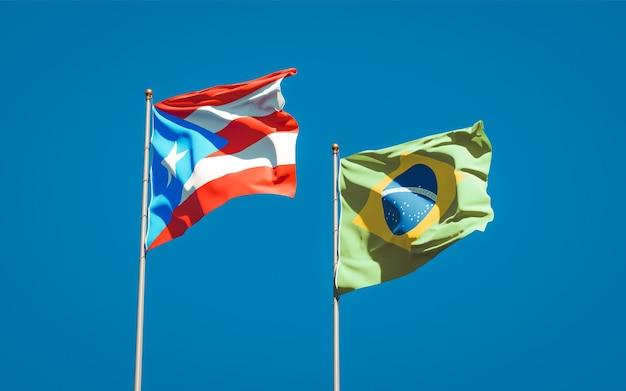 Mooie nationale vlaggen van puerto rico en brazilië samen op blauwe hemel