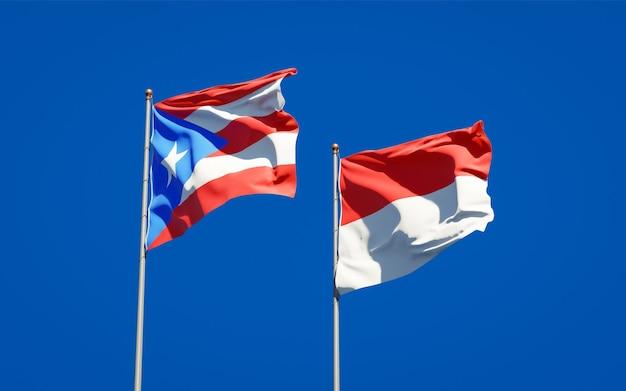 Mooie nationale vlaggen van puerto rico en indonesië samen op blauwe hemel