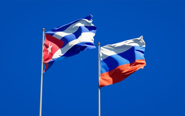 Mooie nationale vlaggen van rusland en cuba samen op blauwe hemel. 3d-illustraties