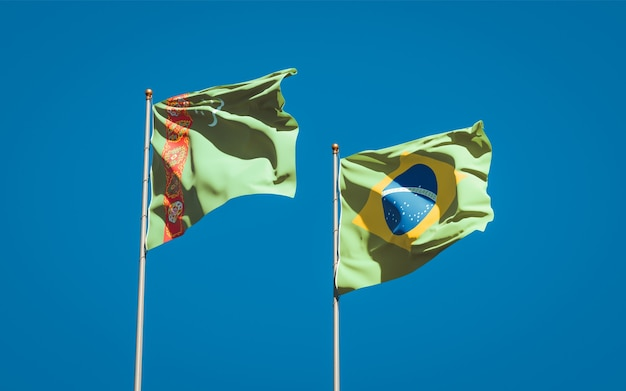 Mooie nationale vlaggen van turkmenistan en brazilië samen op blauwe hemel