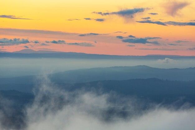 Mooie natuurlijke achtergrond. bergsilhouet bij de zonsondergang.