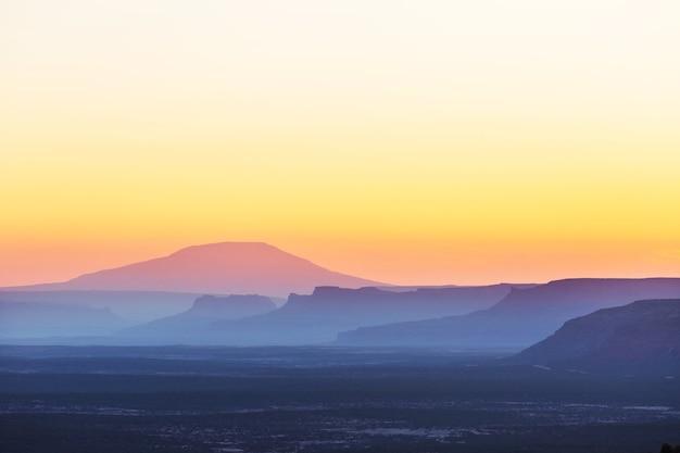 Mooie natuurlijke achtergrond. bergsilhouet bij de zonsondergang. Premium Foto