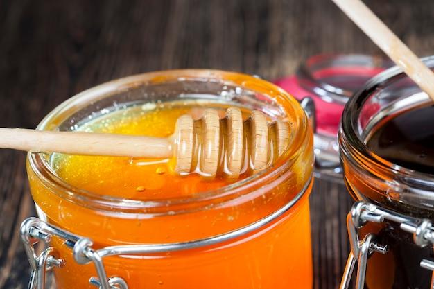 Mooie natuurlijke honing van amberkleur, bijenhoning verzameld door honingbijen in het lente- en zomerseizoen, honing is verpakt