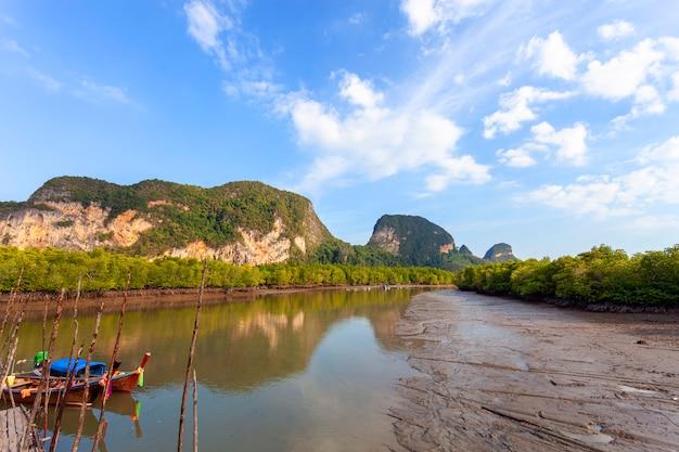 Mooie natuurlijke landschapsrivier in mangrovebos en hooggebergte in phang nga provincie thailand