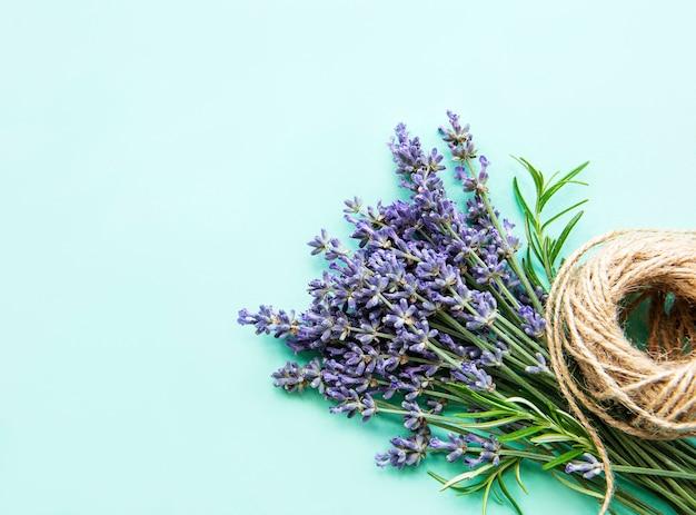 Mooie natuurlijke lavendel bloemen boeket gebonden met touw over onder groen oppervlak