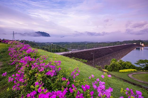 Mooie ochtend bij het gezichtspunt van ratchaprapha-dam, thailand