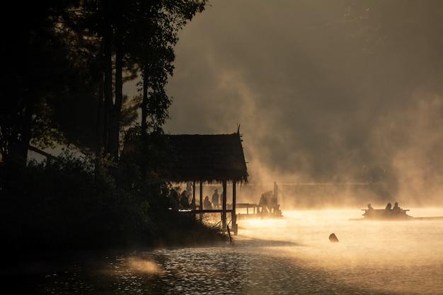 Mooie ochtend in pang oung met dennenbossen, mae hong son, noord-thailand.