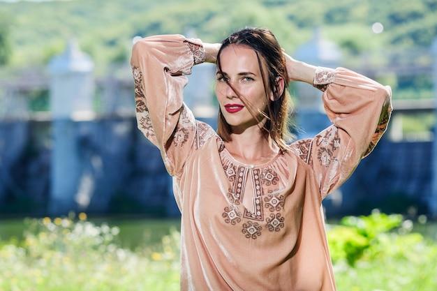 Mooie oekraïense yang vrouw gekleed in traditionele moderne etnische kleding.