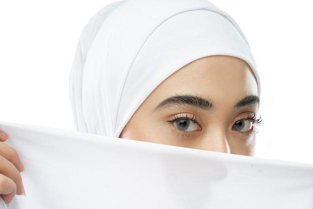 Mooie ogen van hijab vrouw in witte sluier met een doek