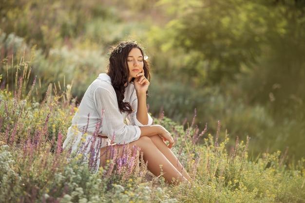 Mooie onbezorgde vrouw in velden die gelukkig buitenshuis zijn