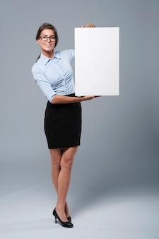 Mooie onderneemster die op whiteboard toont
