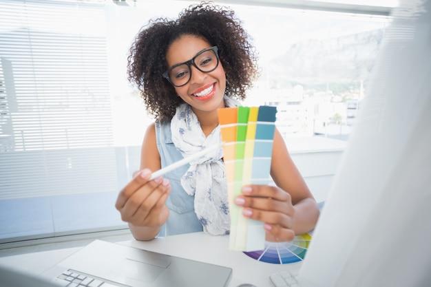 Mooie ontwerper die bij haar bureau werkt