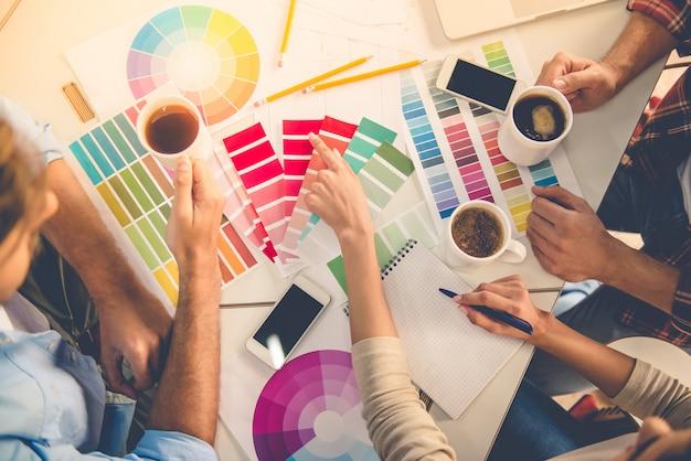 Mooie ontwerpers kiezen voor kleuren en drinken koffie