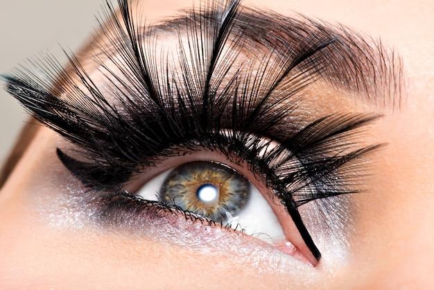 Mooie oogmake-up. welzijn, cosmetica en make-up. vakantie gezicht