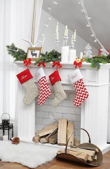 Mooie open haard versierd voor kerstmis