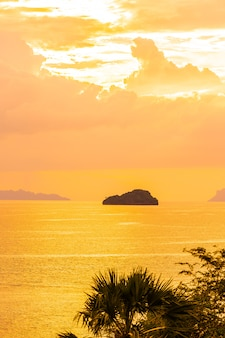 Mooie openlucht tropische strandoverzees rond samuieiland met kokosnotenpalm en andere in zonsondergangtijd
