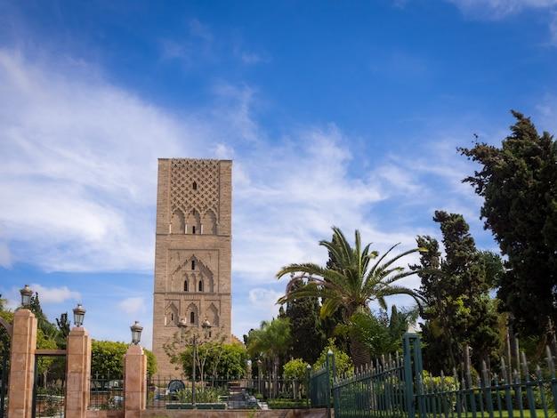Mooie opname van de hassan-toren in rabat, marokko