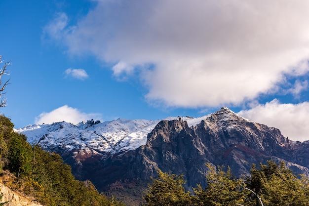 Mooie opname van de hoge bergen in bariloche, patagonië, a
