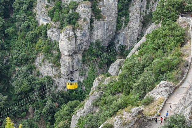 Mooie opname van de montserrat-kabelbaan in de heuvels, vk
