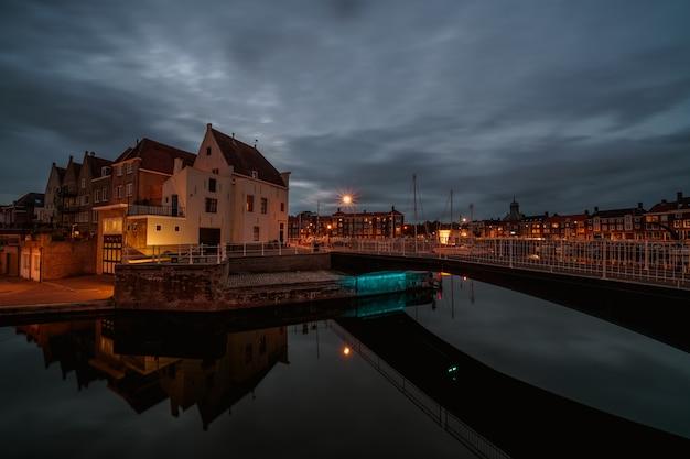Mooie opname van de stad middelburg in nederland 's nachts