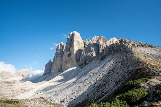 Mooie opname van een italiaanse dolomieten met de beroemde three peaks of lavaredo