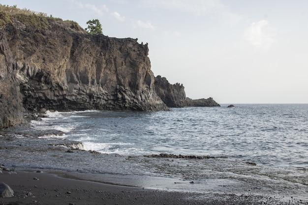 Mooie opname van een klif aan de kust en de zee