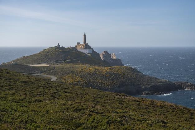 Mooie opname van een rotsachtig schiereiland in de buurt van de zee in kaap vilan, galicië, spanje