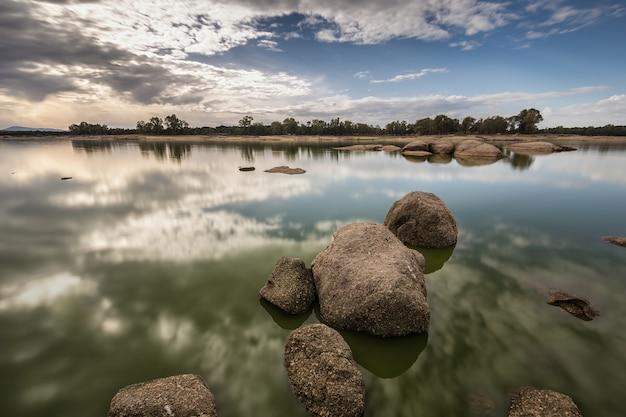 Mooie opname van een salor-reservoir in extremadura, spanje