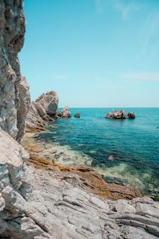 Mooie opname van een tropisch eiland omringd door helder water op een zonnige dag