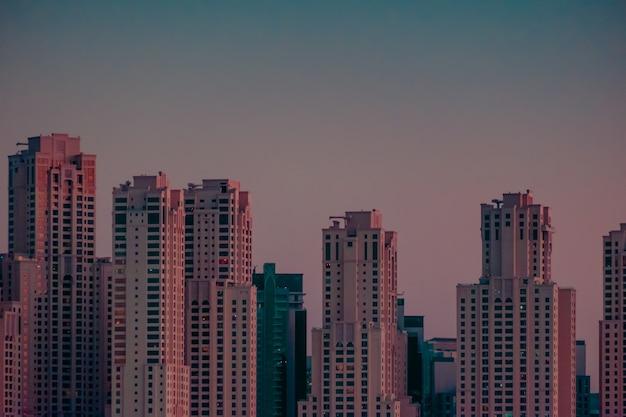 Mooie opname van hoge gebouwen in dubai tijdens zonsondergang
